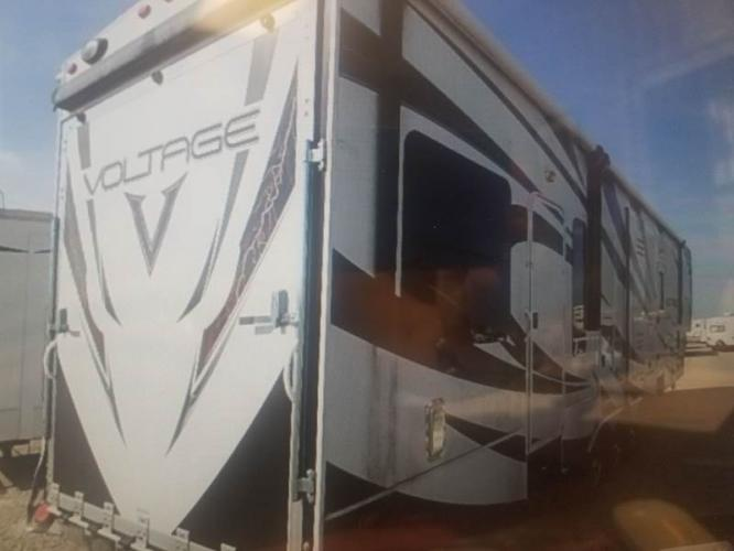 2014 WHITE DUTCHMEN VOLTAGE V3200 (47CFVTS22EC) , located at 3723 N Main St, Cleburne, TX, 76033, (817) 678-5133, 32.368980, -97.396111 - Photo #2