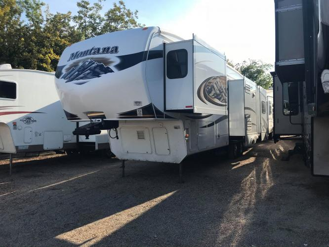 2010 WHITE KEYSTONE MONTANA 3455SA (4YDF34521A4) , located at 3723 N Main St, Cleburne, TX, 76033, (817) 678-5133, 32.368980, -97.396111 - Photo #0